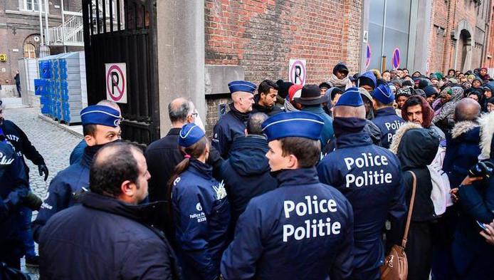 La file des réfugiés, en ce compris de nombreux hommes célibataires de la bande de Gaza, qui souhaitent demander l'asile au Petit-Château à Bruxelles.