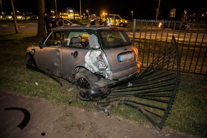 De Mini raakte bij het ongeval zwaar beschadigd en moest worden weggesleept.