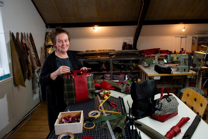 Rike Beekman heeft haar eigen atelier in het oude Geertruidenziekenhuis. De Deventer tassenontwerpster moet nu op zoek naar nieuwe plek om te werken.