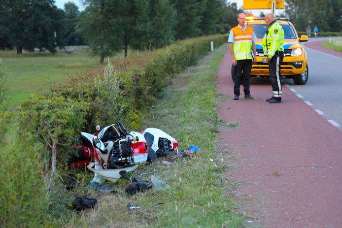Op de Wilpsedijk tussen Wilp en Deventer is vanavond een ongeval gebeurd. Een motor raakte zwaar beschadigd, de berijder is naar het ziekenhuis gebracht.