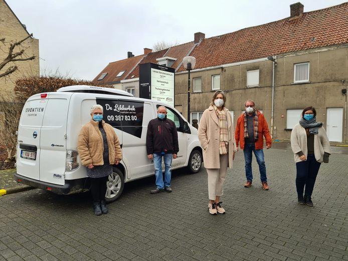 De vrijwilligers van De Lekkerbek met schepen Conny De Spiegelaere.