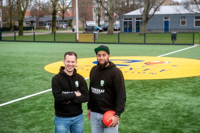 Melvin Kolf (rechts) en Nabil El Malki hebben de Presikhaaf University opgericht. Dat loopt nu al zo'n anderhalf jaar. Op deze manier proberen ze jongeren uit de wijk gelijke kansen te geven.