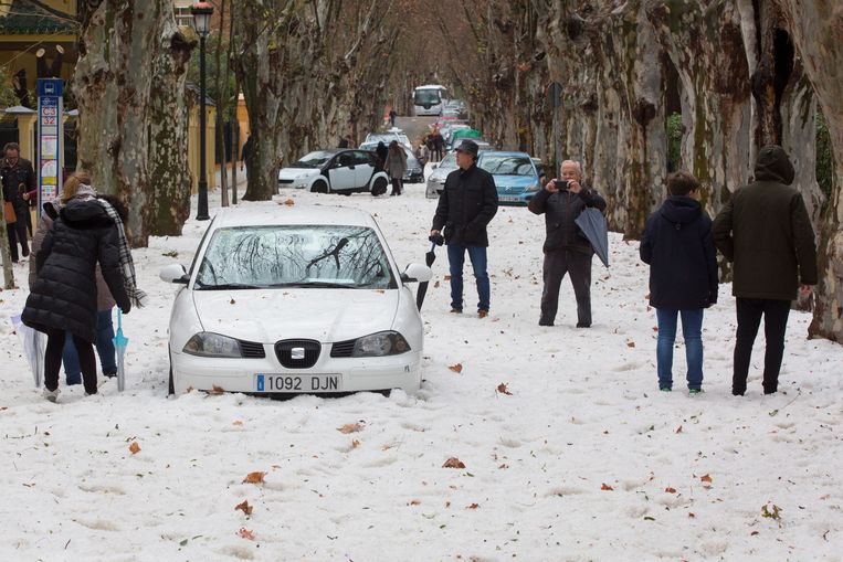 Een beeld uit het anders zo zonnige Malaga, jawel. Auto's kwamen er vast te zitten in een dikke laag hagelstenen.