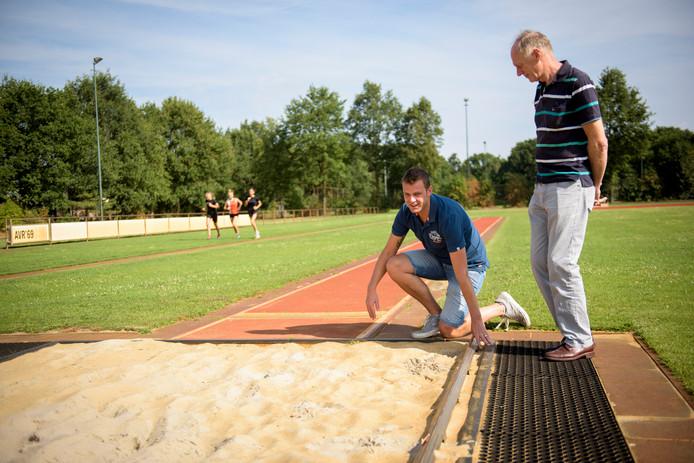 REUSEL - Atletiekvereniging AVR'69 onderzoekt of er een kunststofbaan kan komen. Voorzitter Ben Lathouwers en iemand van de werkgroep graag op de foto op de huidige atletiekbaan.