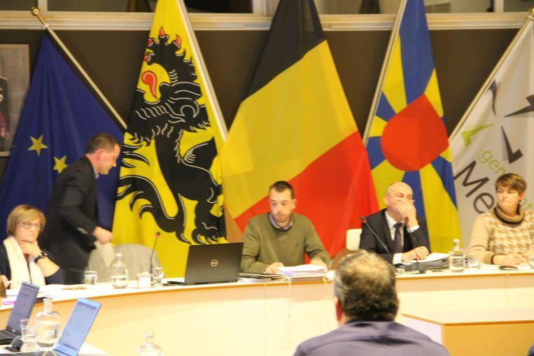 Op de gemeenteraad van 29 januari vlogen de verwijten tussen Bert Verdru (rechtstaand) en burgemeester Dirk Verwilst (derde van rechts)  in het rond.