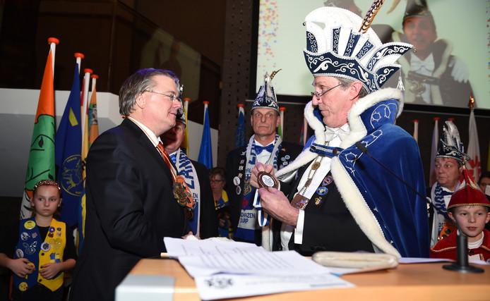 Commissaris van de Koning Wim van de Donk (links) en Sjef van Creij troffen elkaar al eerder dit jaar in carnavalssetting: op de jaarlijkse bijeenkomst van carnavalsprinsen in het provinciehuis.