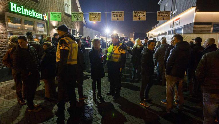 Extra politie op de been voor een informatiebijeenkomst waar inwoners van het Brabantse Heesch bijgepraat worden over de plannen voor een asielzoekerscentrum. Beeld anp