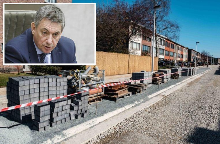Door de coronamaatregelen liggen de werven in het land stil, zoals hier bij rioleringswerken in het Antwerpse Aartselaar. Inzet: Vlaams minister-president Jan Jambon (N-VA)