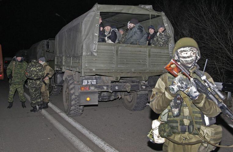 Oekraïense krijgsgevangen worden per vrachtwagen getransporteerd. Beeld epa