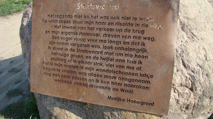 Het stalen gedicht, voordat het van de zwerfkei werd getrokken door vandalen.