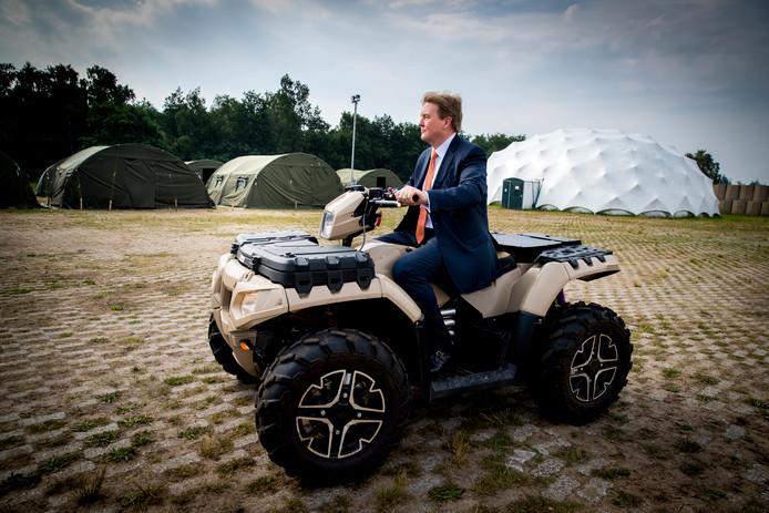 Koning Willem-Alexander rijdt op een quad tijdens een werkbezoek aan het Fieldlab Smartbase van het Commando Landstrijdkrachten in Soesterberg.
