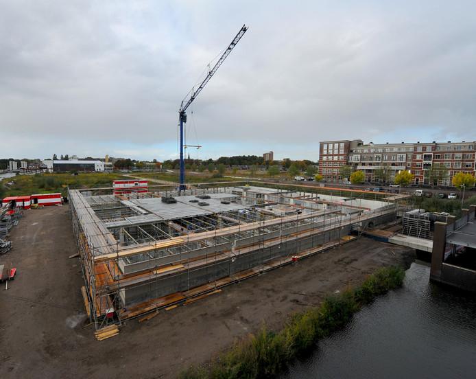 Tussen deze waterburcht in aanbouw en de Cacaofabriek (links op de achtergrond) in worden vanaf eind dit jaar nog drie appartementencomplexen gebouwd.