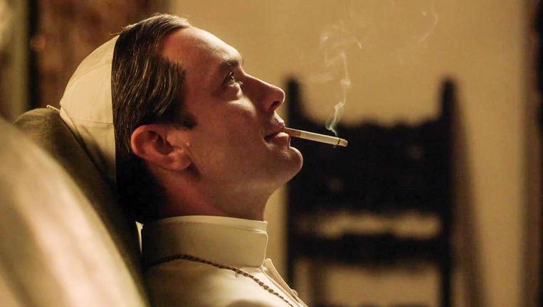 Jude Law als Lenny Belardo in The Young Pope, de fictieve paus die het rookverbod van zijn voorganger opheft. Beeld
