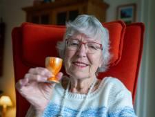 Janny (86) vond tijdens de oorlog een eierdopje tussen de puinhopen: 'Alles was verwoest en dit vond ik'