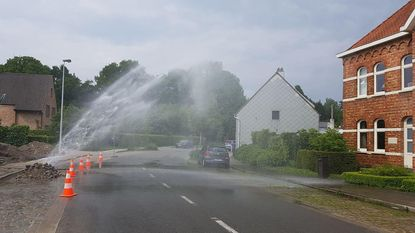 Water spuit metershoog de lucht in na lek