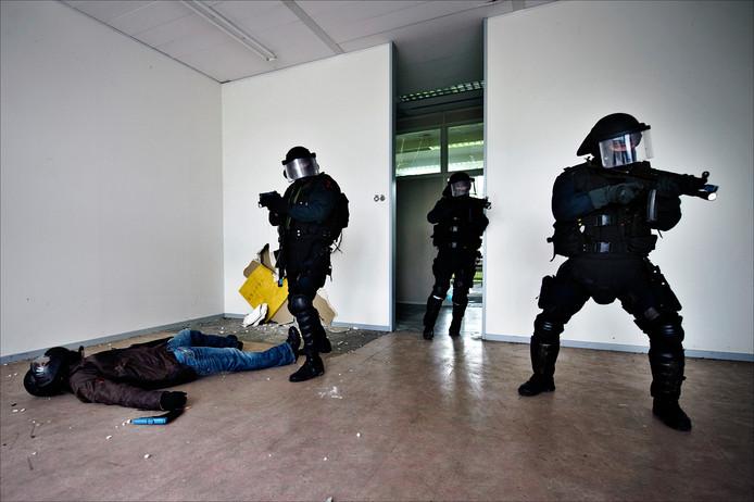 Leden van de Marsof houden een gijzelingsoefening in een slooppand in Wageningen.