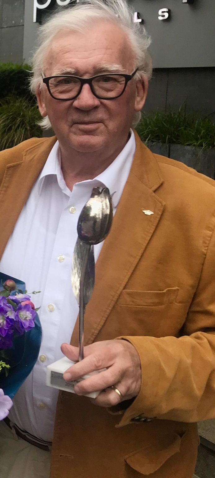 Peter van den Baar met de Zilveren Tulp 2018 van de Eindhovense Persclub die hij in ontvangst nam als voorzitter van de Henri van Abbestichting.