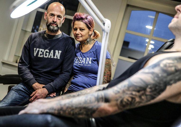 Serge Buyse gaat een paar dagen tatoeëren in de tattooshop van Cindy Frey in Kortrijk.