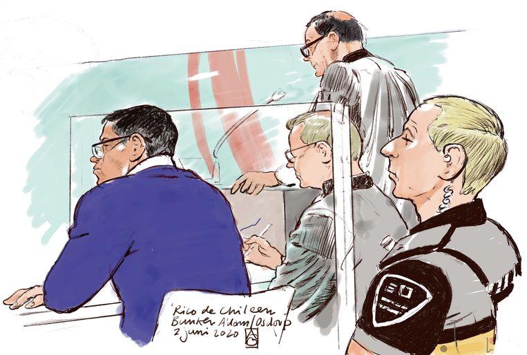 Rechtbanktekening van Richard R. (links), beter bekend als Rico de Chileen, met zijn advocaat Van Kleef (staand). Beeld ANP