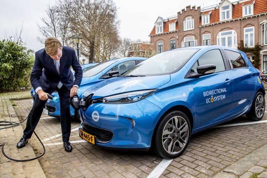Koning Willem-Alexander bij de lancering bij van een nieuw energie- en mobiliteitssysteem, ontwikkeld door het samenwerkingsverband We Drive Solar en Renault.
