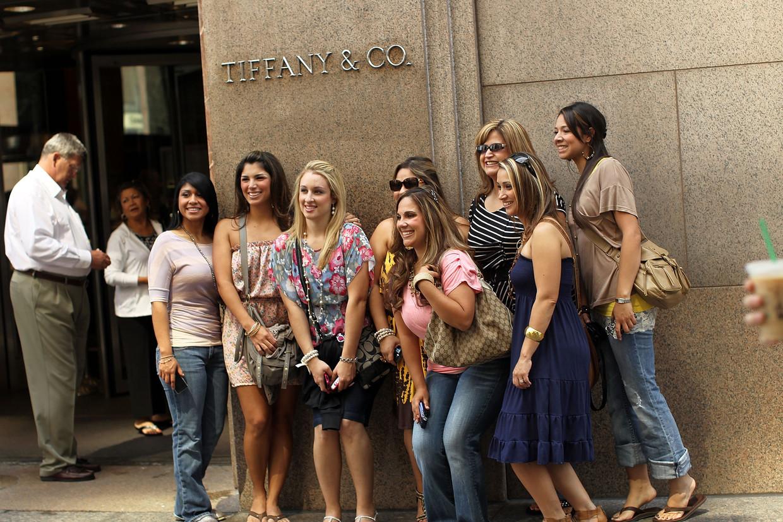 Een groep vrouwen poseert voor de winkel van Tiffany & Co. in New York.  Beeld Getty Images