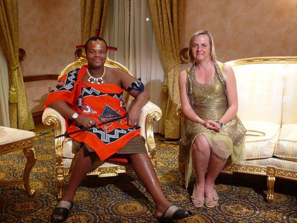 Koning Mswati III in traditionele kledij, met programmamaakster Annemie Struyf in 2012.