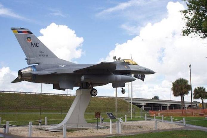 In Amerika staan bij verschillende vliegvelden F16's op palen.