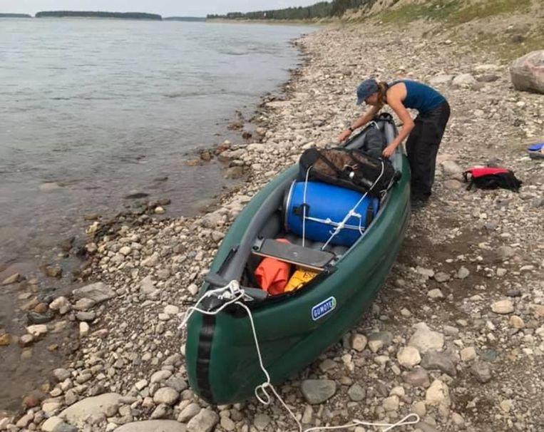 Julien was van plan om samen met biologe Camille de Mackenzie-rivier af te varen.
