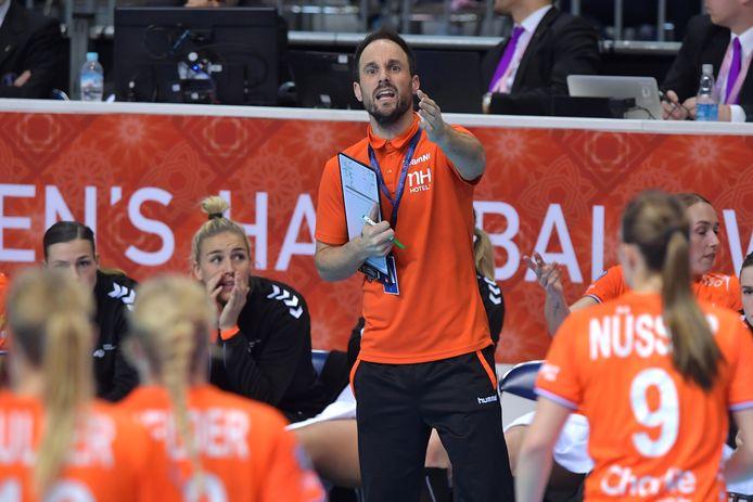 Bondscoach Emmanuel Mayonnade instrueert zijn ploeg.
