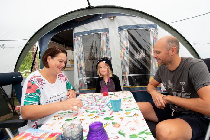 Stijn, Elise en Marit Ruiter uit Apeldoorn vieren vakantie op Recreatiepark 't Veluws Hof in Hoenderloo.