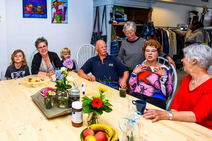 Rian Liefhebber links, samen met haar twee kleinkinderen en bezoekers bij de opening van de Ontmoetingswinkel.