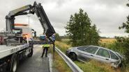 Bestuurder ramt auto met twee inzittenden  van E40 in diepe sloot
