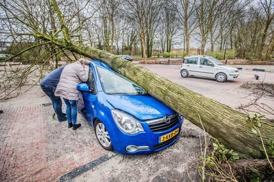 Geplette auto na een storm in 2018 in Apeldoorn.