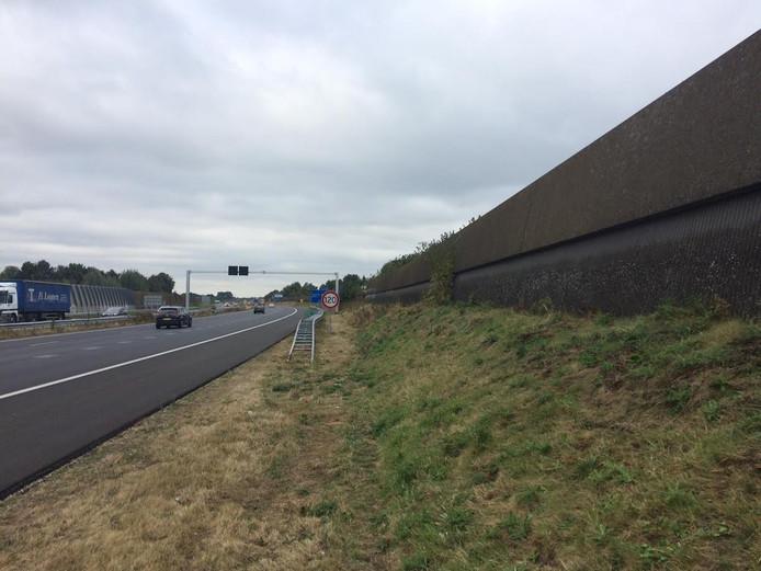 Deze geluidswal aan de oostkant van de A50 bij Uden wordt over een lengte van 400 meter vervangen. De nieuwe schermen zijn hoger en aan twee kanten voorzien van zonnepanelen.