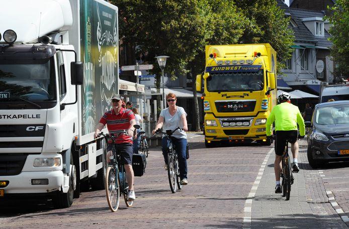 De Domburgse Stadsraad en de ondernemersvereniging willen dat vanaf mei volgend jaar bij wijze van proef (vracht)auto's na 12.00 uur niet meer in het centrum komen