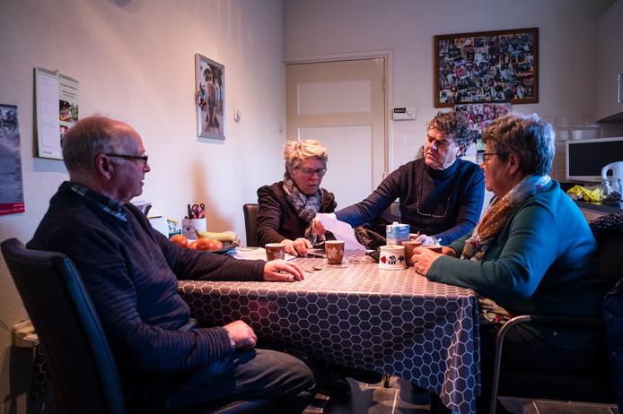 Eefdenaren Johan en Corrie Nieuwenhuis, Willem Huisintveld en Zwaan Makkink-Nijholt (vlnr) praten aan de keukentafel van de familie Nieuwenhuis over de zware industrie op het nabij gelegen industrieterrein en de vele mensen met kanker in de buurt.