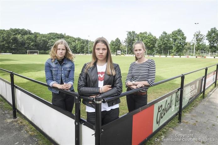 Mirthe Dekker, Leonie Bannink en Lisanne Rossing (vlnr) mogen volgend jaar niet meer in C3-elftal met de jongens meevoetballen omdat ze meisjes zijn.