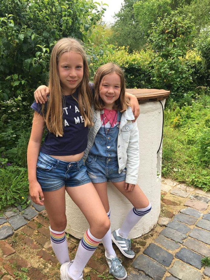 De Halsterse vriendinnen Elin Been (l.) en Karlijn Slokkers uit Halsteren (allebei 9 jaar) kunnen de Hema niet missen en gingen daarom huis-aan-huis om geld in zamelen om het warenhuis te redden.