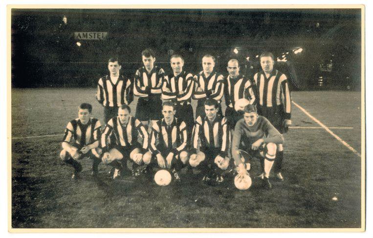 Stanley Matthews, staande derde van links bij DWV. Rechts Gerrit Homan. Links op de voorste rij Rinus Israel. EIGEN FOTO Beeld