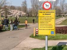 Gele borden wijzen parkbezoekers door heel Zwolle op 'coronahuisregels'