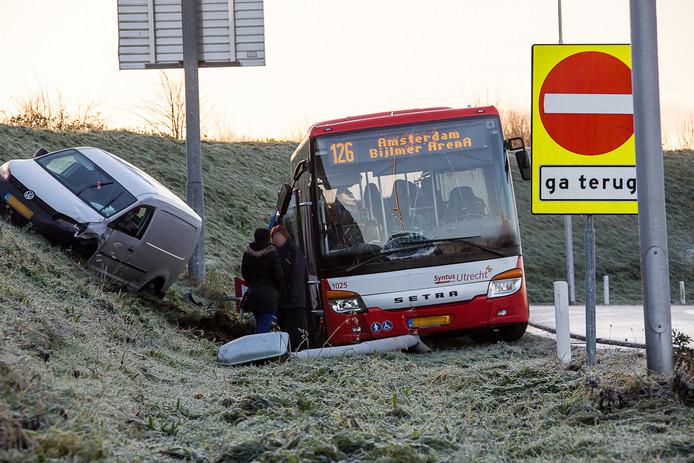 Een lijnbus vloog uit de bocht op de A2 bij Abcoude.