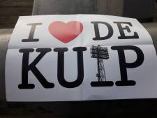 Feyenoord-fans verklaren oude Kuip de liefde door massaal A3'tjes omhoog te houden