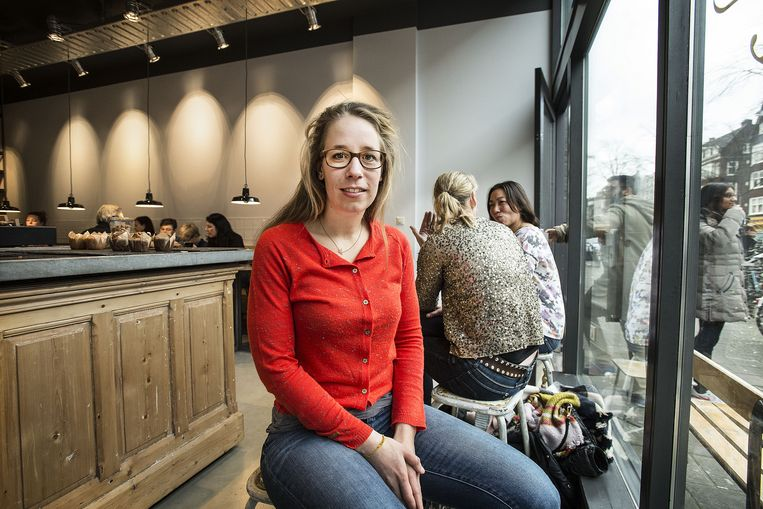 Marie Louise van Dorp haalt via crowdfunding geld op voor haar boek De Koffiefilter, met 52 verhalen, die ze heeft samengevat op een koffiefilter. Beeld Guus Dubbelman