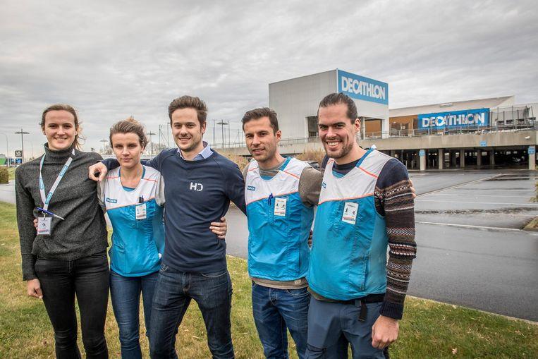 Wouter Nuytten (midden) met Decathlon-medewerkers Lindsey, Lisa, Mathias en Kenneth.