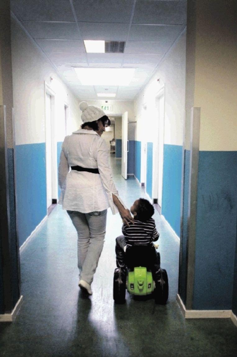Dachaira loopt door de gang van opvang Alexandria in Amsterdam samen met haar zoontje Junior. (FOTO MAARTJE GEELS) Beeld