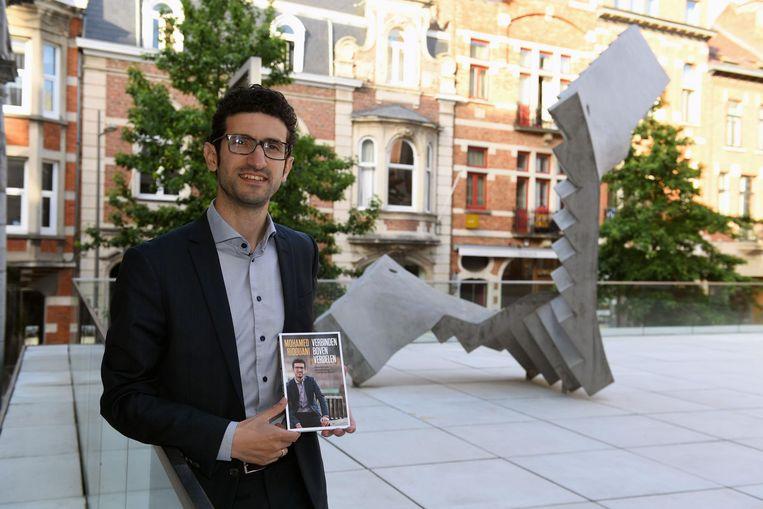 Kandidaat-burgemeester Mohamed Ridouani met zijn nieuwe boek 'Verbinden boven verdelen'.