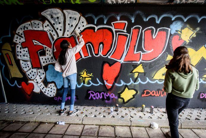 Schoolkinderen spuiten graffiti in De Berenkuil.