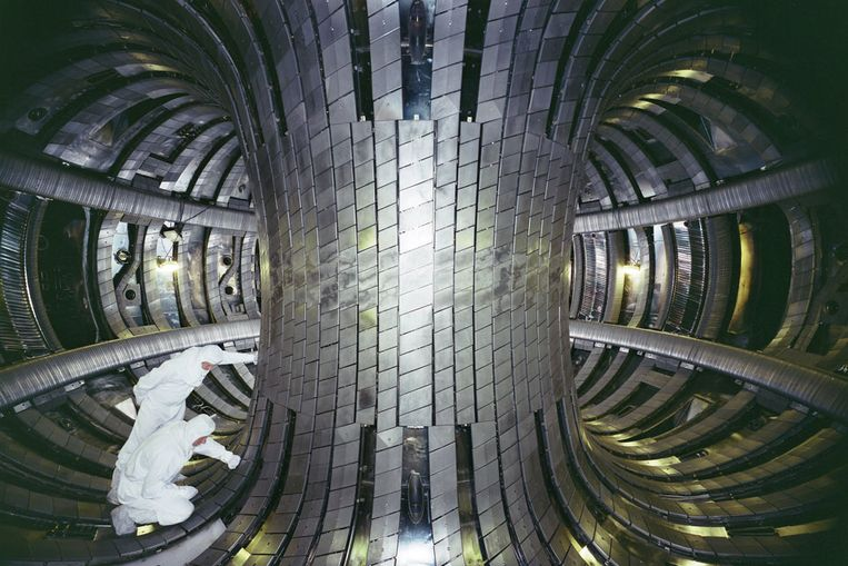 Blik in de tokamak van de JET, de voorloper van ITER. Beeld JET