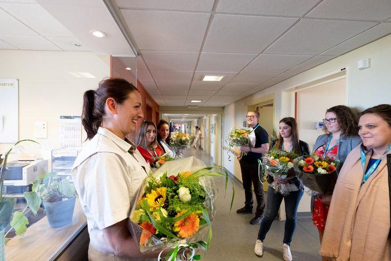 Ziekenhuismedewerkers worden in de bloemetjes gezet door studenten van de verpleegkundeschool.