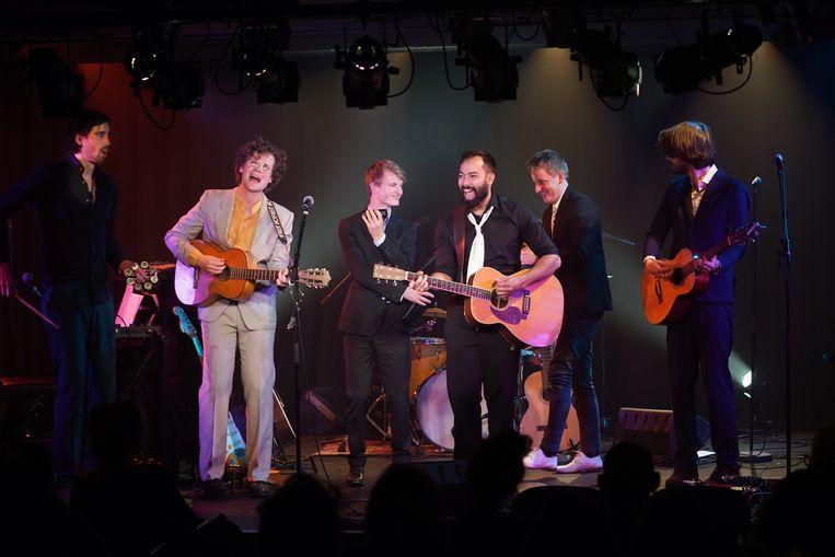 Zanger Peter van Rooijen wordt begeleid door liefst vijf muzikanten. 'Wat een luxe bezetting, en wat een goddelijk geluid brengt dat voort'. Beeld Jaap Reedijk